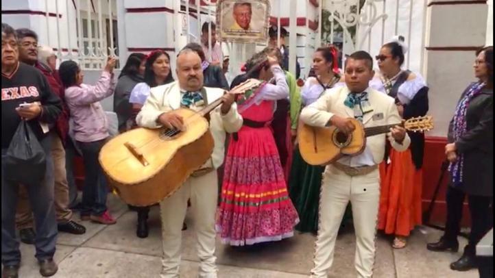 Con mariachis, celebran a AMLO por su cumpleaños