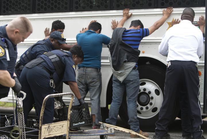 Hallan a 115 migrantes hacinados en vivienda de Houston