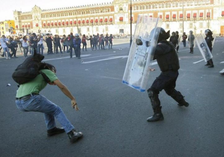 Se enfrentan encapuchados y policías en la marcha del 2 de octubre
