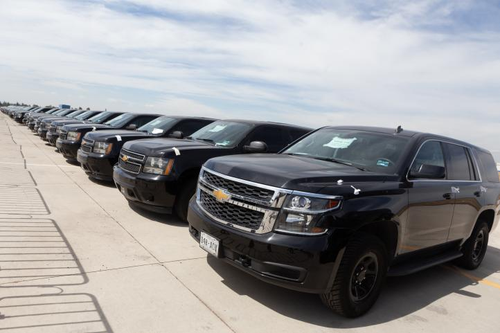 Empresario recoge en Palacio Nacional vehículo subastado
