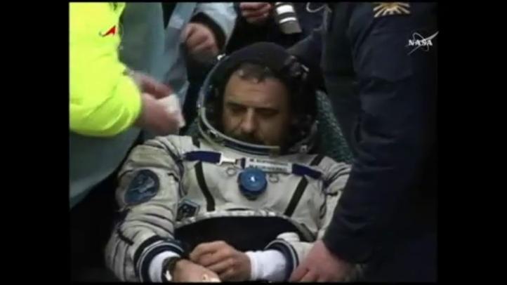 Astronautas aterrizan tras permanecer casi un año en el espacio