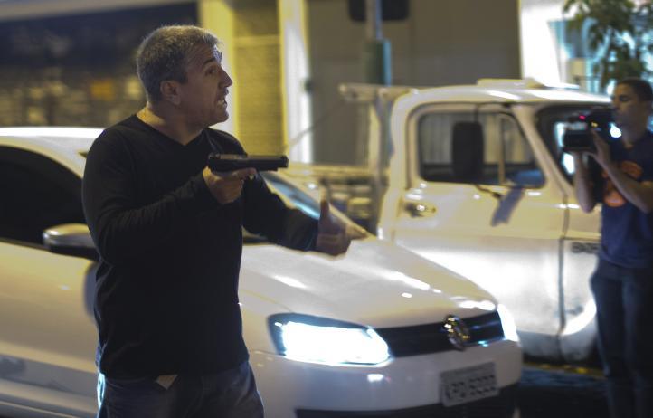 Video muestra a un policía disparando durante una protesta en Brasil