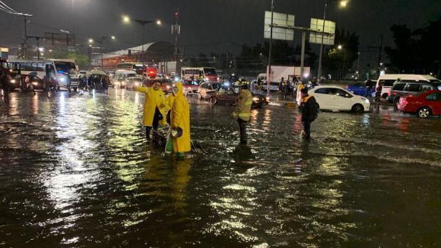 Lluvias provocan inundaciones y caos en el oriente de la capital y en el estado de México