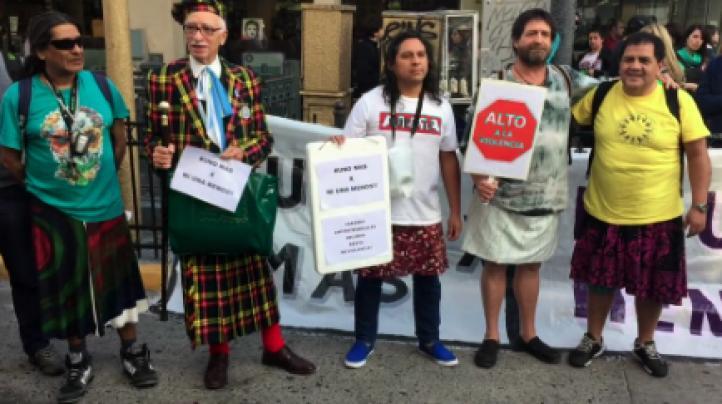 Hombres en falda se manifiestan contra feminicidios, en Buenos Aires