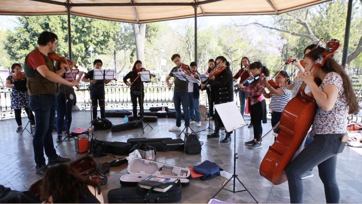 Apolipe, una escuela de música al aire libre, en la Alameda Central