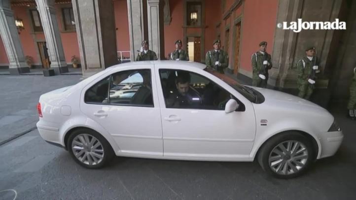 AMLO sube a su vehículo al presidente de España