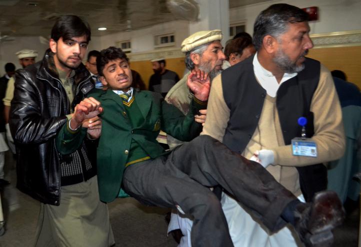 Pakistán: más de 100 muertos en ataque talibán a una escuela