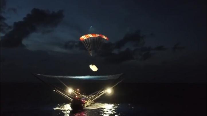 El carenado del Falcón 9 aterriza con paracaídas en un barco