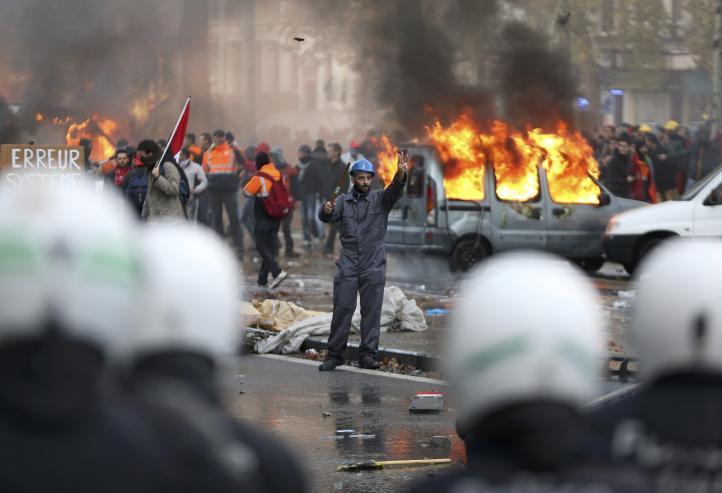 Chocan policías y manifestantes en Bélgica por políticas de austeridad