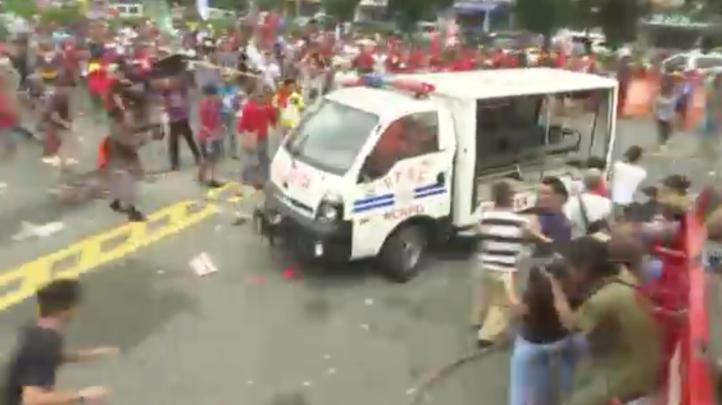 Embiste vehículo policiaco a manifestantes en Manila