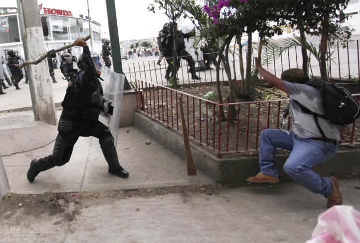 Manifestantes y policías se enfrentan en Chilpancingo
