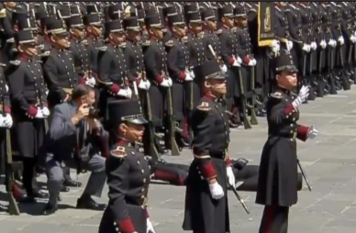 Cadete se desmaya frente a Peña Nieto durante ceremonia de la Marcha de la Lealtad