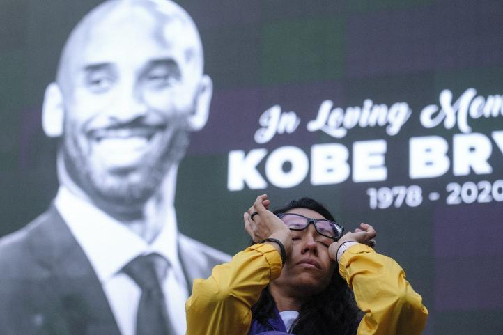 Fans lloran la muerte de Kobe Bryant en Los Ángeles