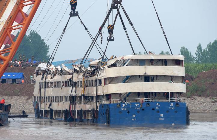 China endereza buque hundido, encuentran más cuerpos