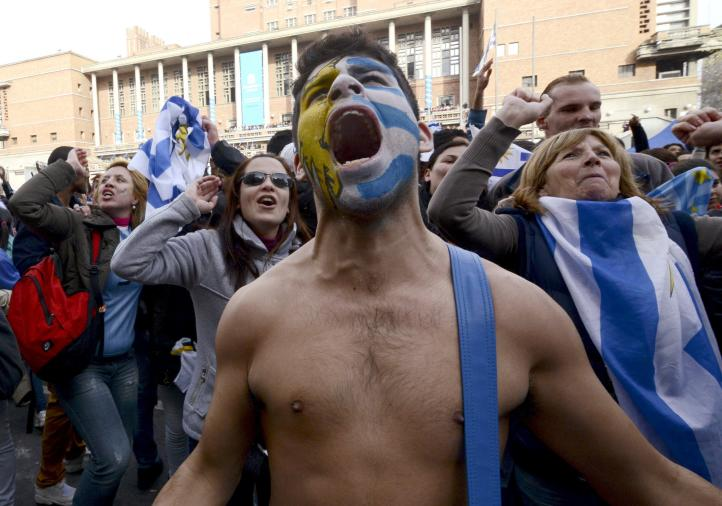 Hinchas celebran en Uruguay y Costa Rica