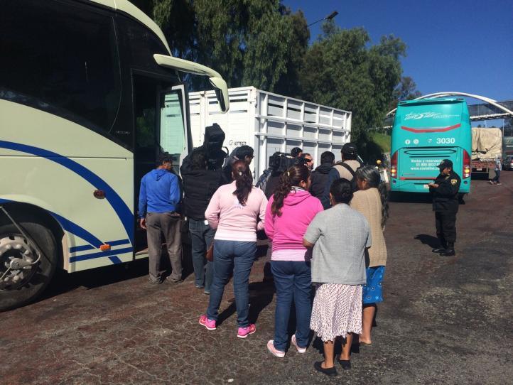 Viajan al DF familiares de normalistas para entrevistarse con Peña Nieto
