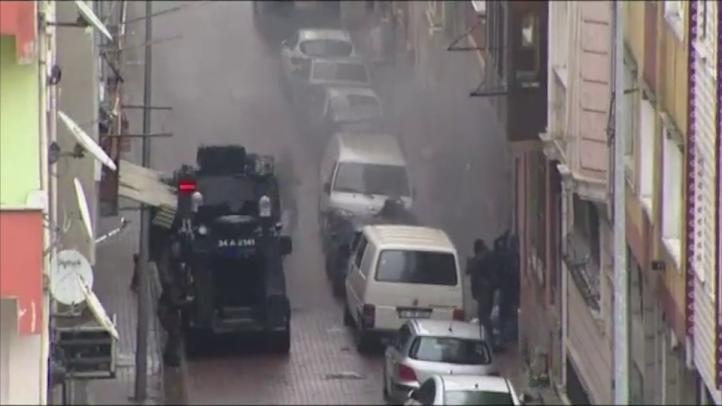 Policías matan a dos milicianas tras ataque en Estambul