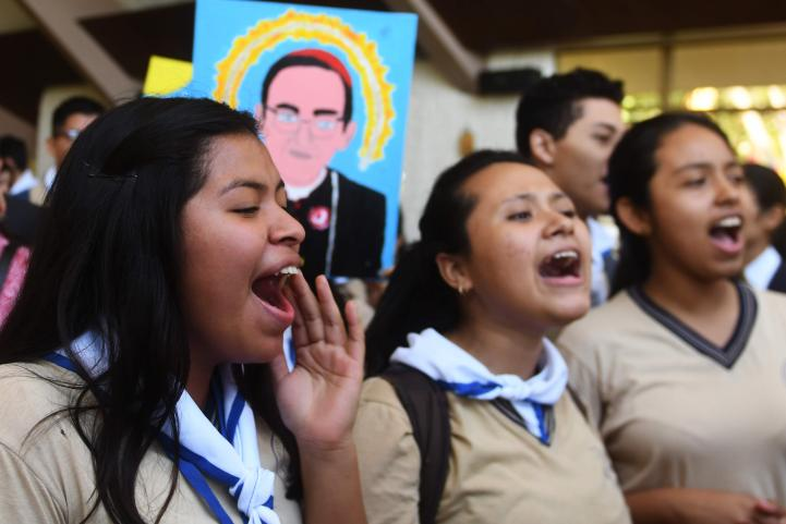 Papa aprueba canonización de arzobispo salvadoreño Romero
