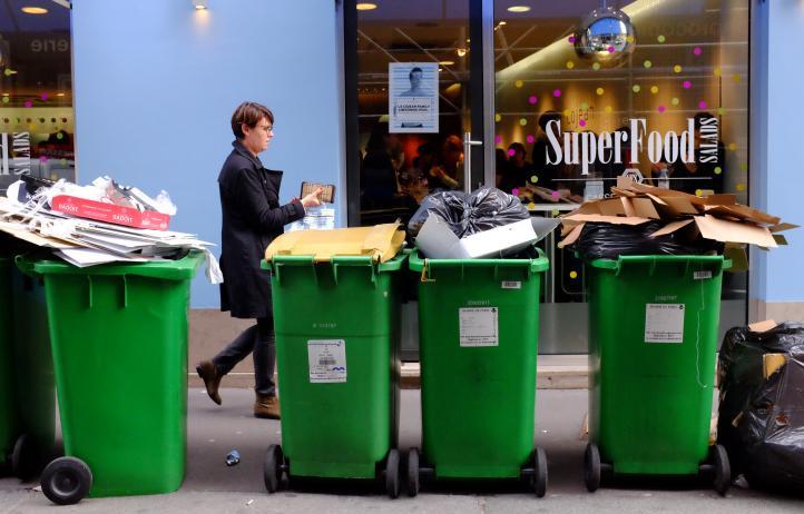 Protestan recolectores de basura en París