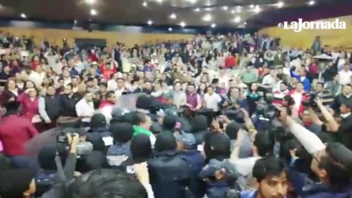Priístas y policías protagonizan trifulca en Congreso de Hidalgo