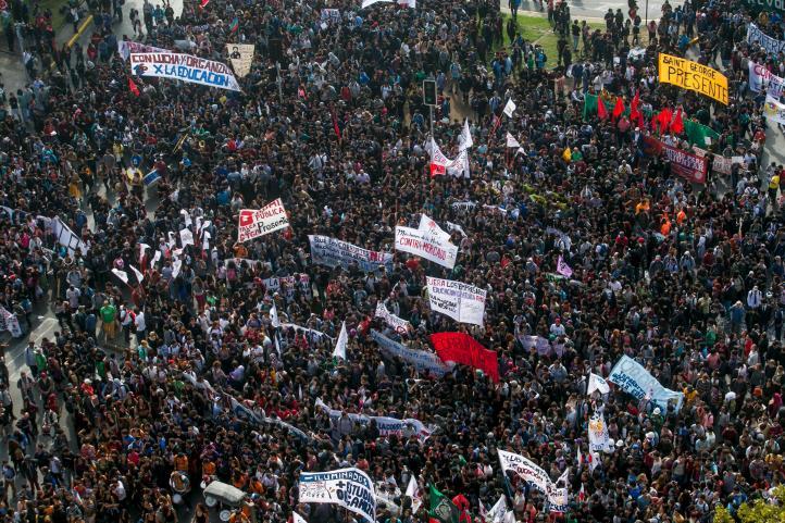 Miles de estudiantes marchan contra reforma educativa y corrupción en Chile