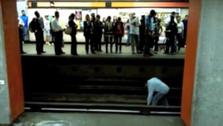 Salvan bicicleta de ser arrollada por el Metro