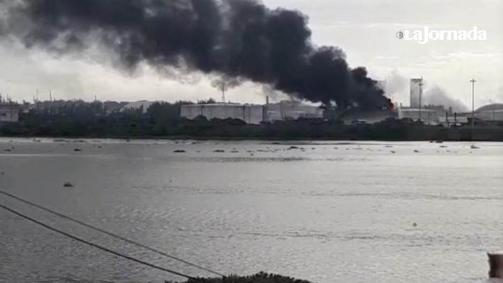 Se registra incendio en la terminal marítima Pajaritos de Pemex