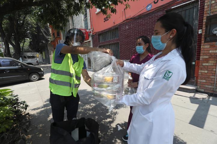 Lonchería reúne fondos para llevar almuerzos a médicos que atienden Covid-19