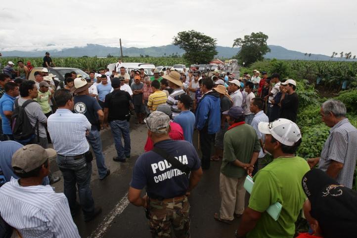 Autodefensas de Coahuayana mantienen 'tomada' carretera federal en Michoacán