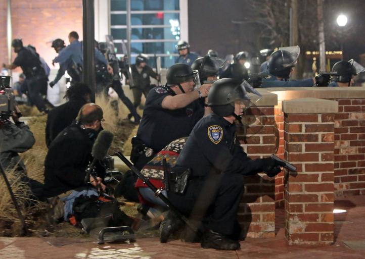 Crece tensión en Ferguson: balean a dos policías tras protesta