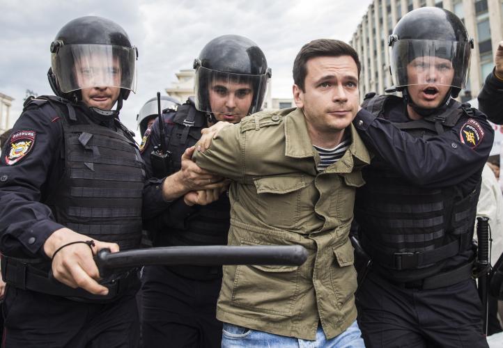 Arrestan a más de mil 500 opositores en Rusia