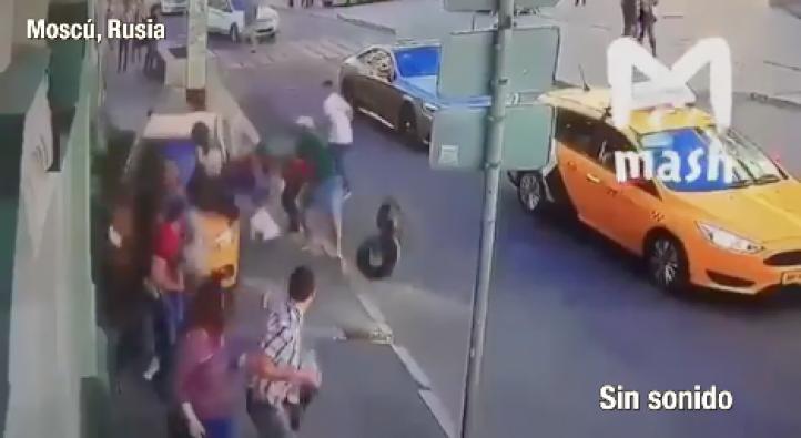 Moscú: Momento en que taxi atropella a transeúntes