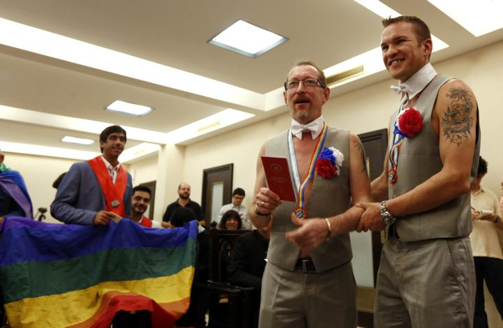 Tras asedio en Rusia, pareja homosexual logra casarse en Argentina