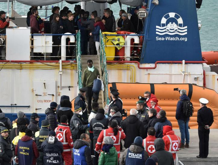 Tras dos semanas de espera, desembarcan 47 migrantes en Italia