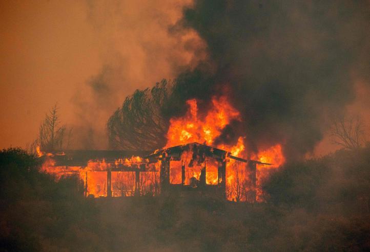 California: Dos incendios amenazan diez mil viviendas