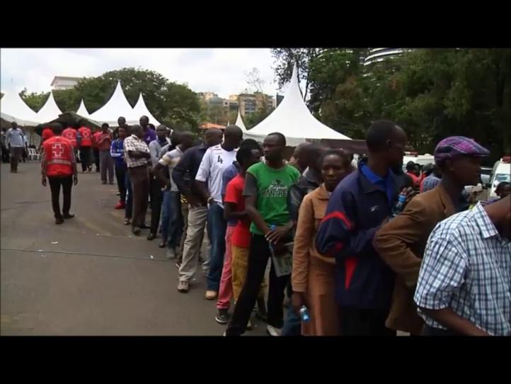 Familiares, un día de después de la masacre en Kenia