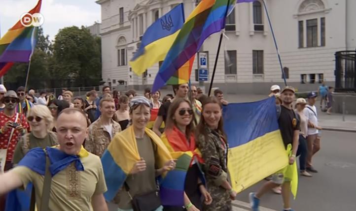 Soldados ucranios desafían estereotipos al marchar por el orgullo gay
