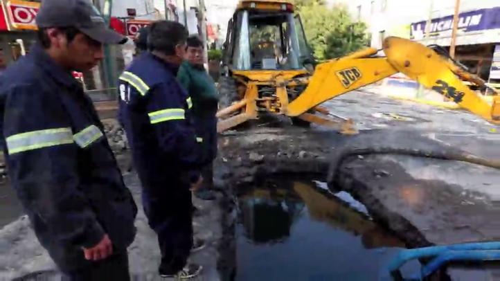 Caos vial por fuga de agua