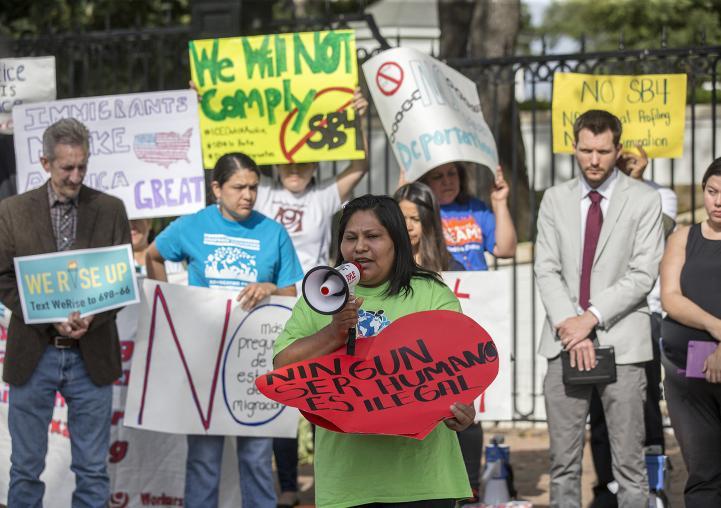 """Texas atiza el debate sobre inmigración al prohibir """"ciudades santuario""""."""