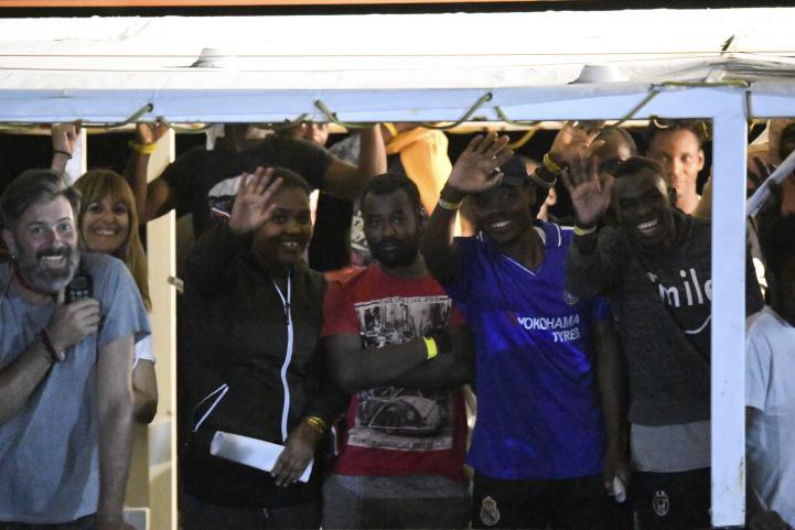 """Los migrantes del """"Open Arms"""" desembarcan en Lampedusa, Italia"""
