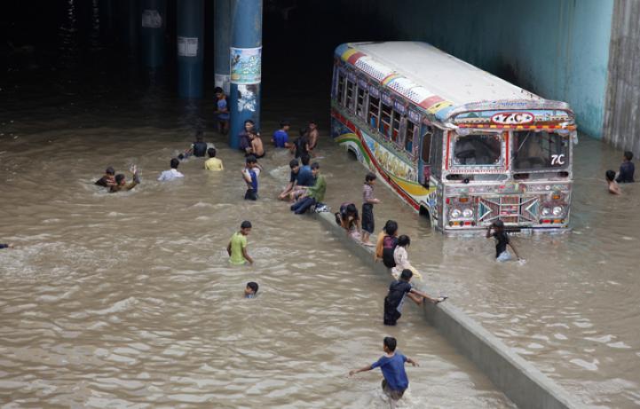 Damnificados en India por las lluvias reciben víveres y ayuda