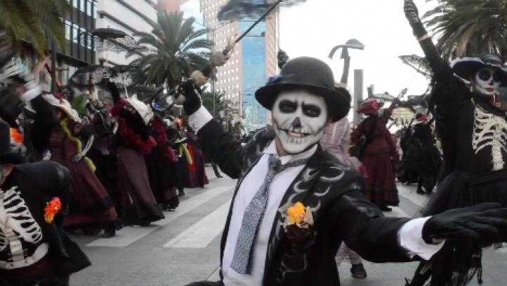 Desfile del Día de Muertos, a la James Bond