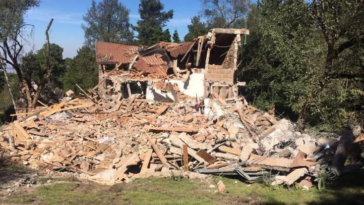 Derrumban casas de ex funcionarios construidas en suelo de conservación