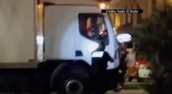 Momento en que policías disparan contra el conductor del camión en Niza
