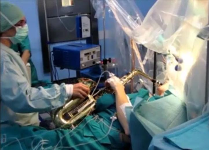 Joven toca saxofón durante cirugía cerebral