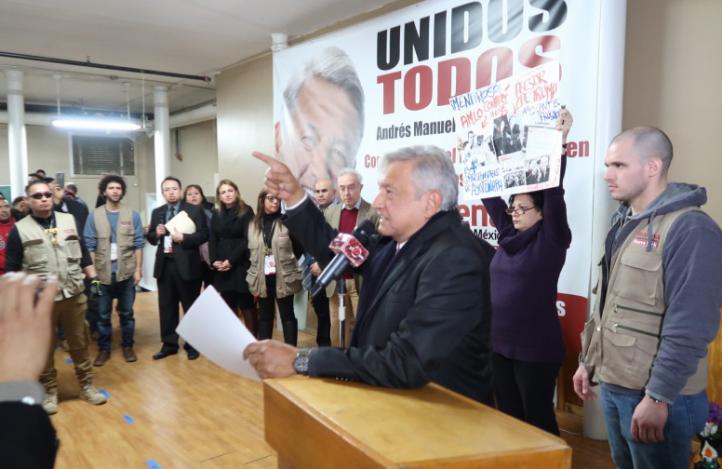 López Obrador habla con migrantes de NY en agitada reunión