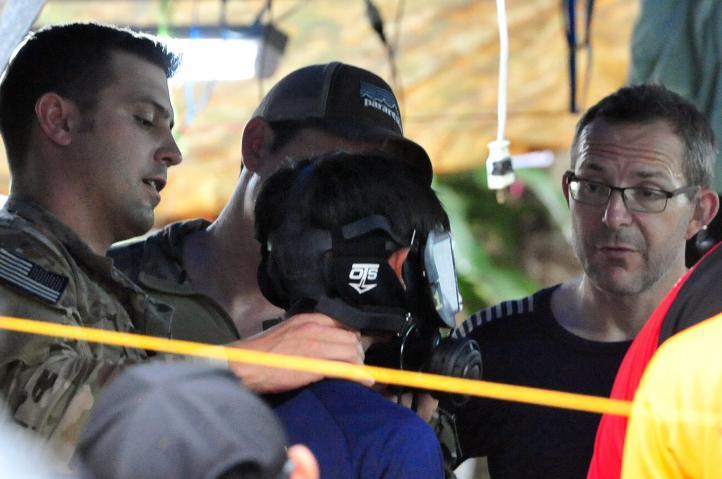 Hallan con vida a 12 niños desaparecidos en cueva en Tailandia