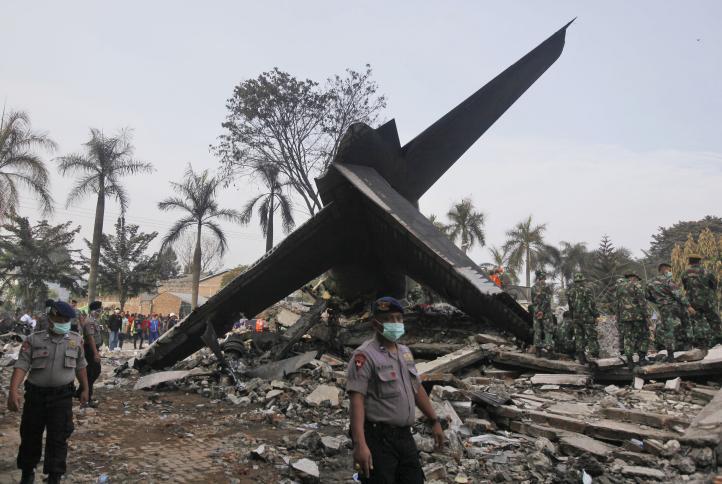 Recuperan 141 cuerpos tras choque de avión en Indonesia