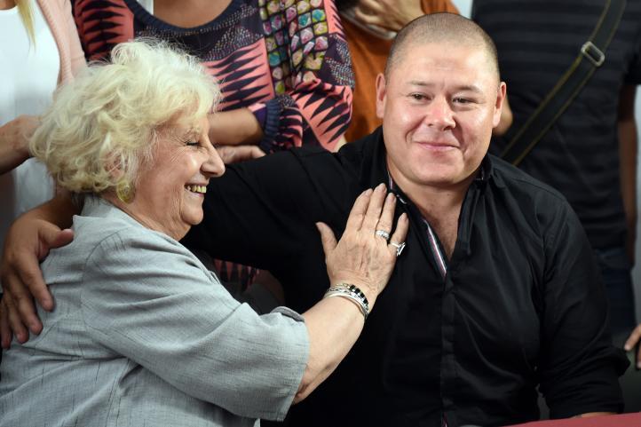 Hijo robado durante la dictadura argentina encontró a su madre