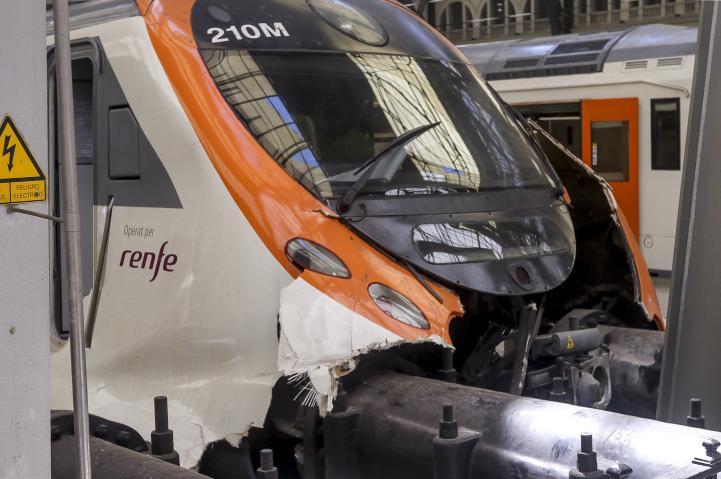 Tren choca contra final de la vía en Barcelona; 56 heridos
